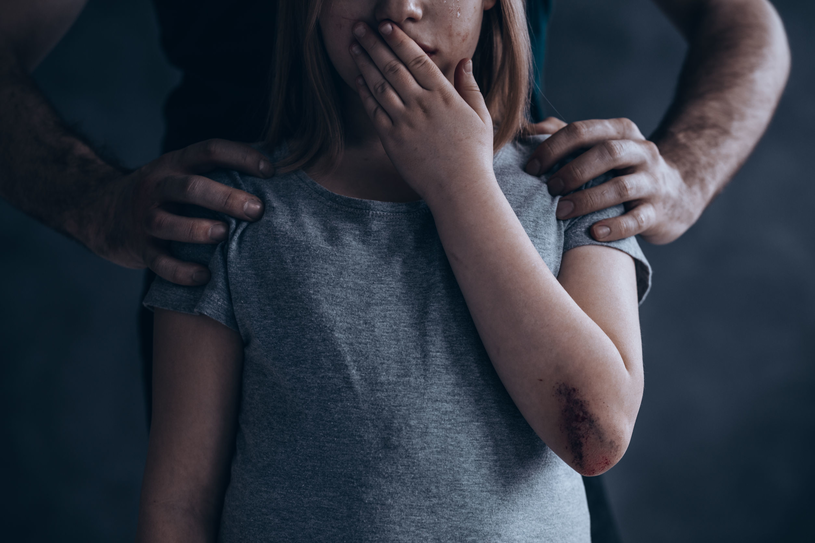 Najważniejsze, by dziecko miało do nas zaufanie. Gdy zwróci się do nas z problemem, musimy je chronić /123RF/PICSEL
