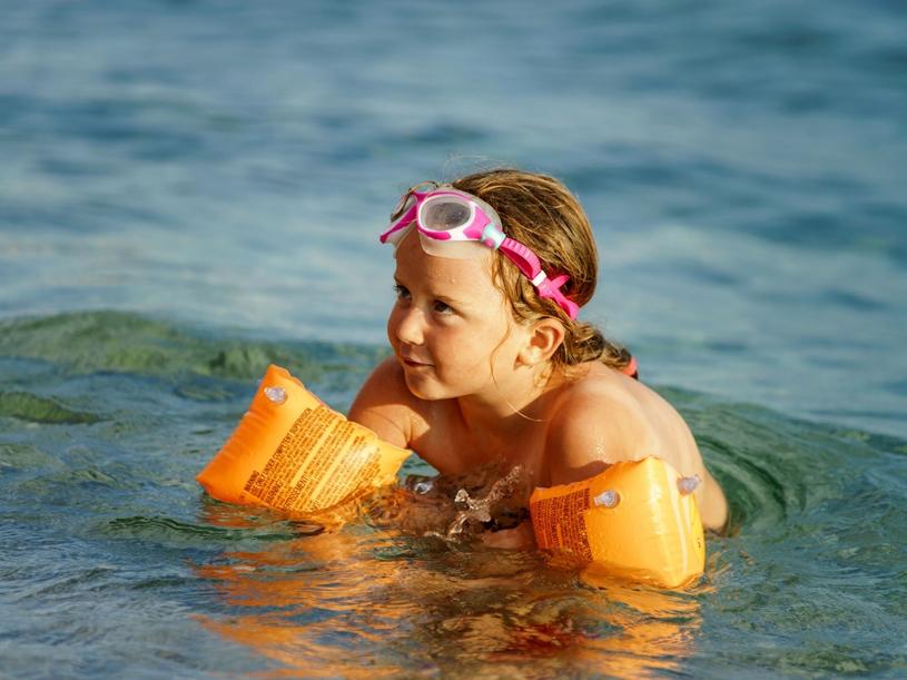 Najważniejsze jest, by nie zmuszać maluszka do pływania i wzmocnić jego poczucie bezpieczeństwa /123RF/PICSEL
