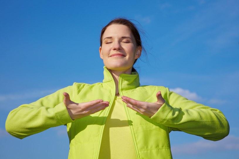 Najważniejsze w prawidłowym oddychaniu jest to, by zawsze wciągać powietrze nosem. Co 20 minut dobrze jest wziąć 20 głębokich wdechów, by się dotlenić - tłumaczy ekspert /123RF/PICSEL