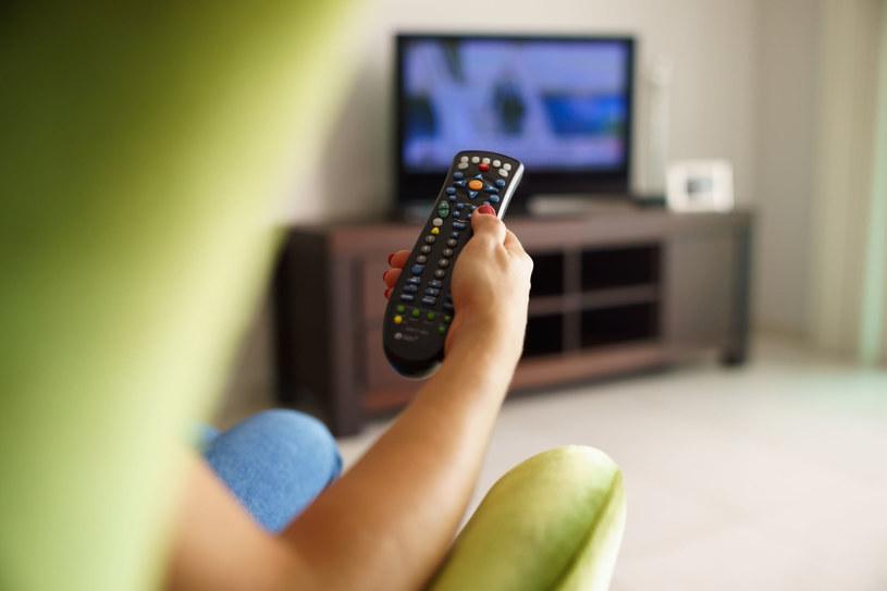Najważniejsze zalecenie fizjoterapeuty brzmi: Podczas oglądania telewizji wierćmy się /123RF/PICSEL