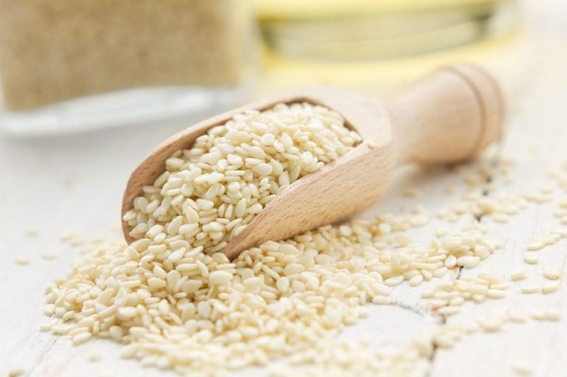Najważniejszym źródłem fitoestrogenów jest soja, ale znajdziesz je także w ziarnach sezamu i słonecznika /123RF/PICSEL