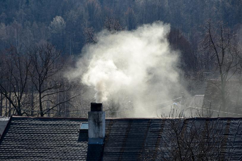 """Najwięcej """"brudnych"""" paliw kopalnych jest używanych w gospodarstwach o najniższym dochodzie /123RF/PICSEL"""