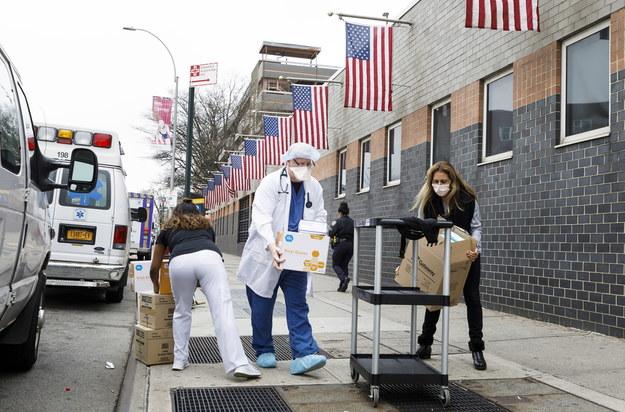 Najwięcej chorych z SARS-Cov-2 zmarło w USA w stanie Nowy Jork. Na poniedziałek wieczór czasu miejscowego odnotowano tu ponad 1,2 tys. zgonów /JUSTIN LANE /PAP/EPA