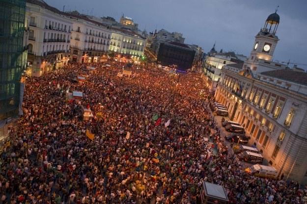 """Najwięcej """"oburzonych"""" zebrało się w sobotę wieczorem na głównym placu Madrytu /AFP"""