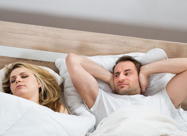 Najwięcej osób chrapie, śpiąc na plecach /123RF/PICSEL