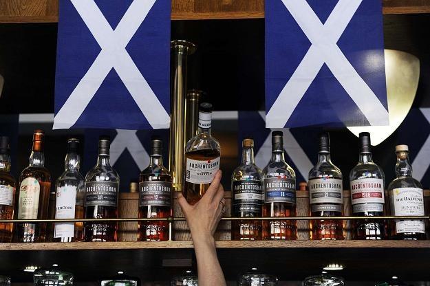 Najwięcej turystów do Szkocji przyciągają tamtejsze destylarnie /AFP