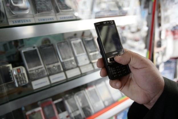 Najwięksi operatorzy nie chccą obniżenia stawek za wiadomości SMS /AFP