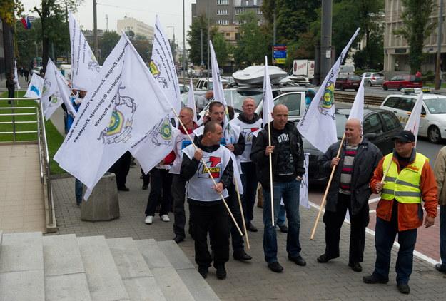 Największe centrale związkowe zorganizowały kilka jednoczesnych demonstracji przed siedzibami ministerstw /Grzegorz Michałowski /PAP