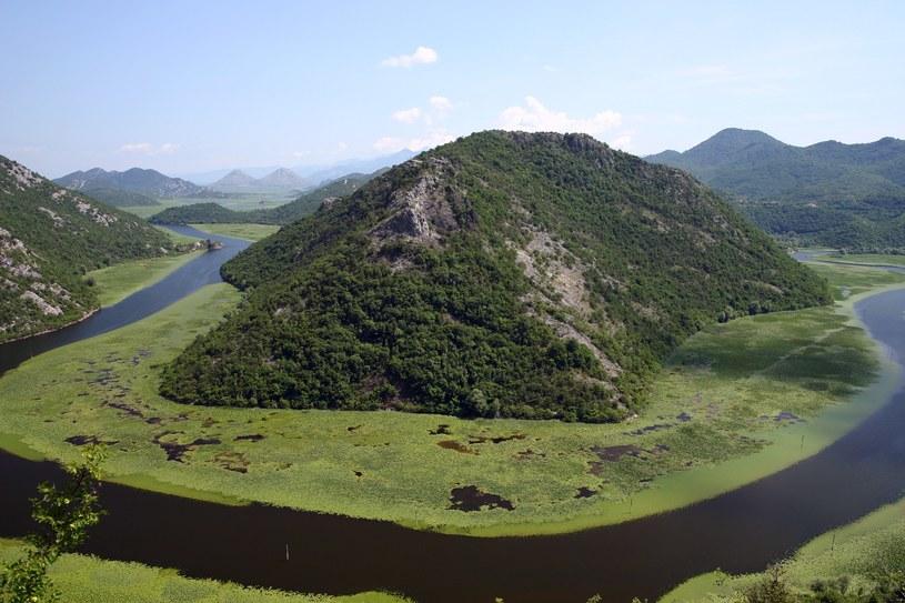 Największe na Bałkanach jezioro Szkoderskie, położone na granicy Albanii i Czarnogóry. Najlepiej zwiedzać je statkiem, łódką lub motorówką /Marek Zajdler /East News