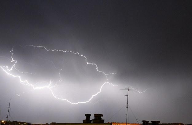 Największe natężenie burz prognozowane jest na czwartkowe popołudnie i noc z czwartku na piątek /Darek Delmanowicz /PAP