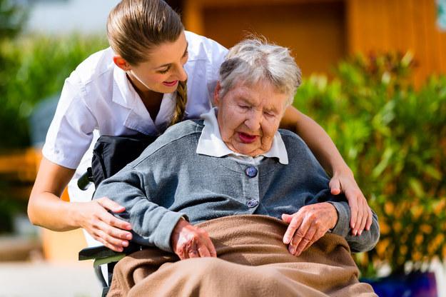 Największe zapotrzebowanie panuje w tej chwili na personel opiekuńczo-pielęgnacyjny dla opieki domowej /123RF/PICSEL