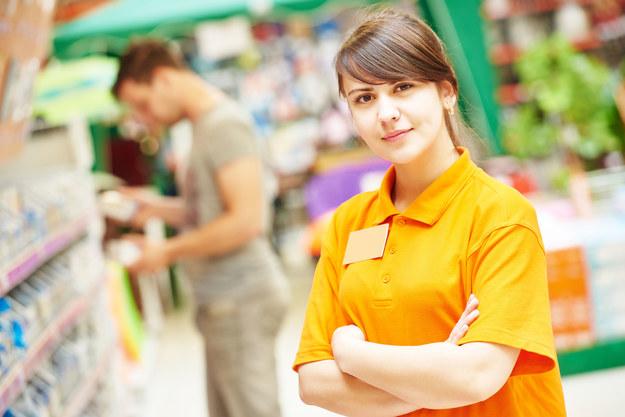 Największy wzięciem w okresie przedświątecznym cieszą się sprzedawcy, asystenci sprzedaży, hostessy roznoszące ulotki, magazynierzy oraz osoby przebrane za Świętego Mikołaja /123RF/PICSEL