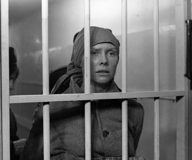 """Najwybitniejszą rolą w aktorskiej karierze Ewy Błaszczyk pozostaje kreacja w więziennym dramacie Wiesława Saniewskiego """"Nadzór"""" (1985). Aktorka zagrała w nim Klarę Małosz, która otrzymała dożywocie za udział w aferze gospodarczej. Wkrótce okazuje się, że kobieta jest w ciąży. Po kilku nieudanych próbach poronienia decyduje się na urodzenie dziecka...  Rola w """"Nadzorze"""" przyniosła Błaszczyk nagrodę dla najlepszej aktorki na Festiwalu Filmowym w Gdańsku (1986)."""