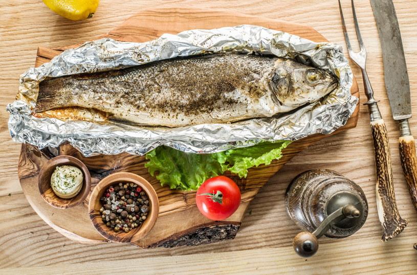 Najwygodniej będzie przygotować rybę w tzw. papilotach /123RF/PICSEL