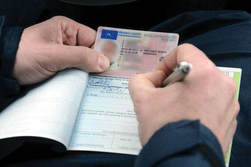 Najwyższa pora, by dać sobie spokój z wożeniem papierowych dokumentów /Łukasz Solski /East News