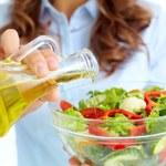 Najzdrowsze oleje. Na którym smażyć, a którego użyć do sałatki?