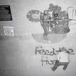 """""""Nakarmcie bezdomnych"""". Wandale zniszczyli pomnik Davida Bowiego"""