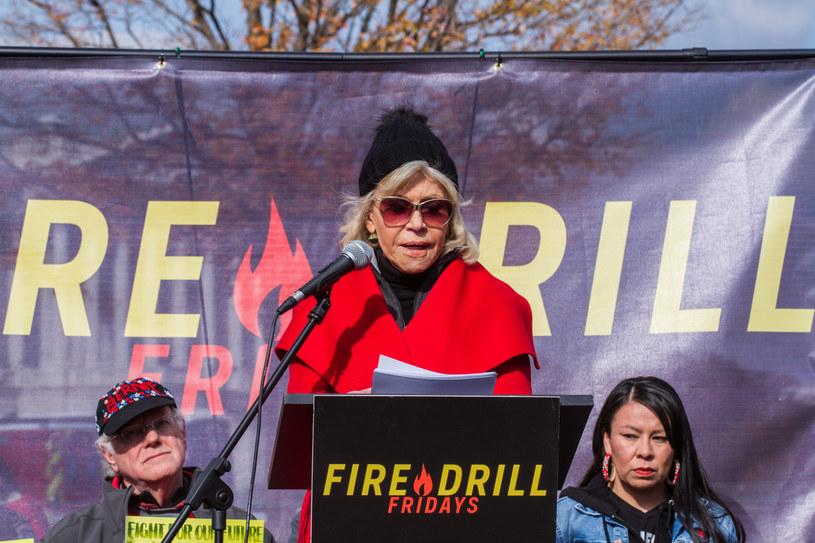 Nakładając czerwony płaszcz na każde z wydarzeń klimatycznych, Jane Fonda uczyniła z niego symbol obywatelskiego nieposłuszeństwa /Pacific Press/Sipa USA /East News