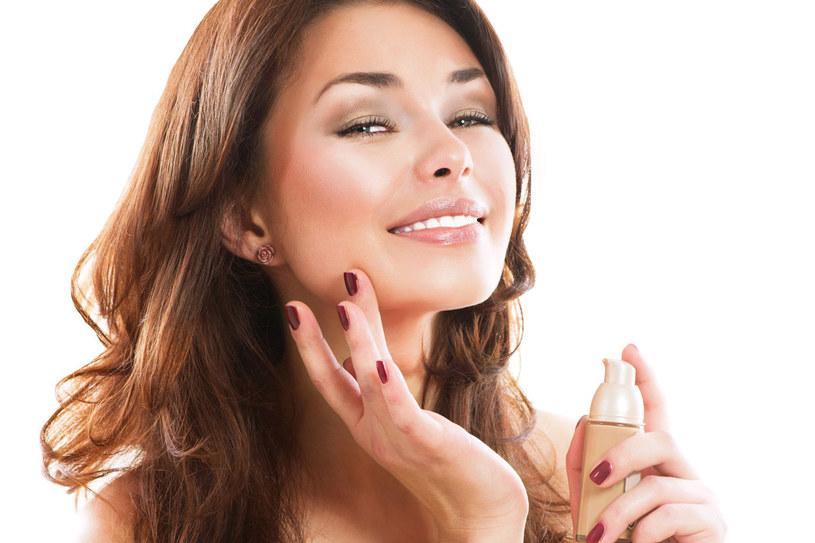 nakładania najlepiej używać gąbeczki. Należy na nią wycisnąć kosmetyk i rozprowadzać, lekko wciskając go w skórę. Po każdym użyciu gąbkę trzeba starannie umyć. /123RF/PICSEL