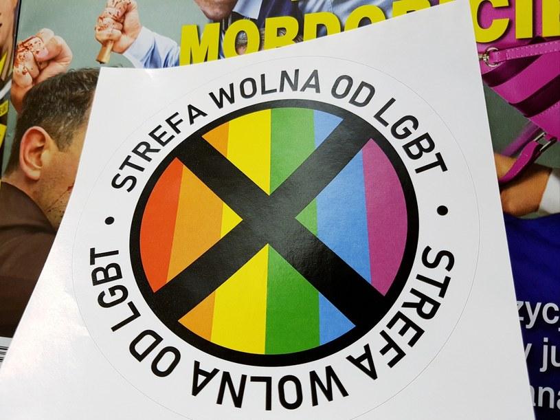 """Naklejka """"Strefa wolna od LGBT"""" dołączona do """"Gazety Polskiej"""" /Beata Zawrzel /Reporter"""