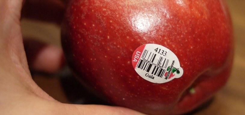 naklejki na jabłkach /© Photogenica