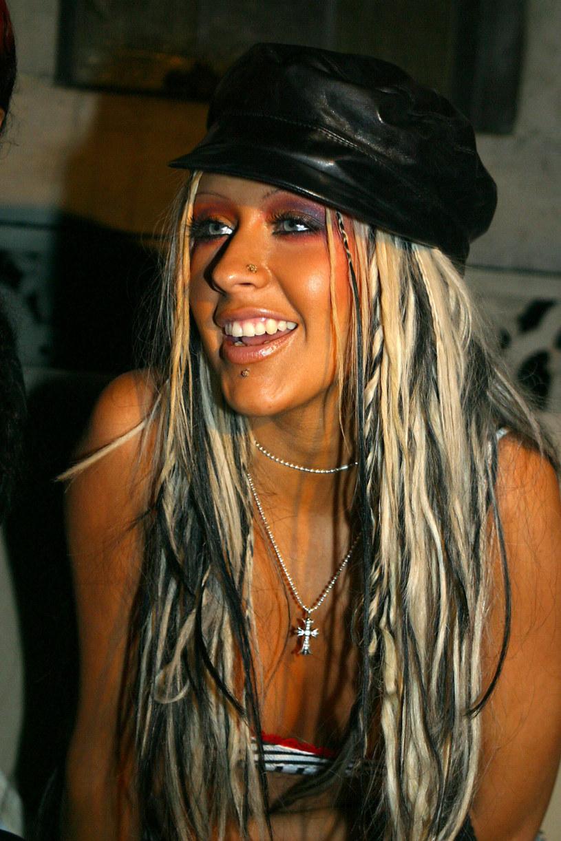"""Nakrycie głowy """"baker boy cap"""" było nieodłącznym elementem stylu Britney Spears, Jennifer Lopez czy Christiny Aguilery /Sara Jaye / Rex Features /East News"""
