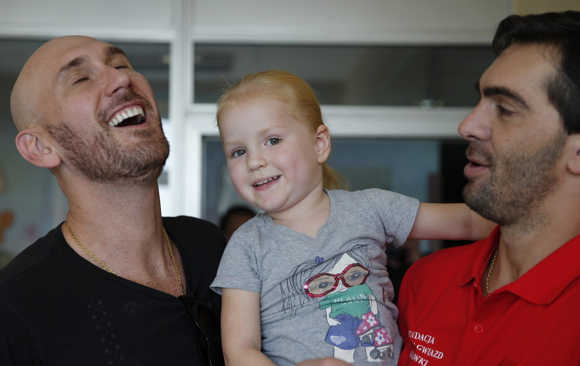 Nalbert (z lewej) i Giba z pacjentką Górnośląskiego Centrum Zdrowia Dziecka w Katowicach /Andrzej Grygiel /PAP