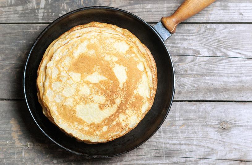 Naleśniki bez mleka i mąki pszennej będą równie smaczne jak te tradycyjne /123RF/PICSEL
