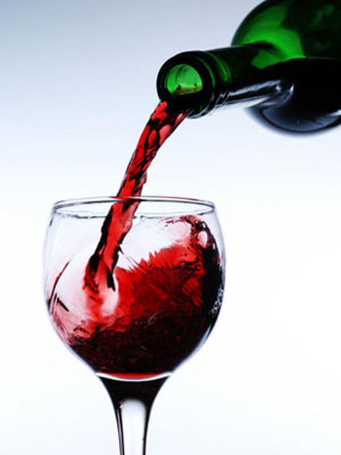 Nalewanie wina /© Photogenica