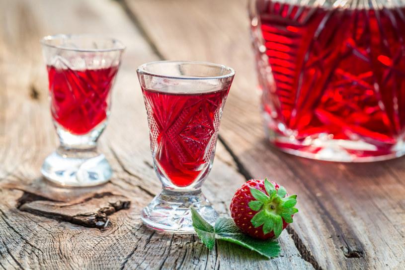 Nalewka z truskawek ma wspaniały smak, zachwycający kolor i właściwości prozdrowotne /123RF/PICSEL