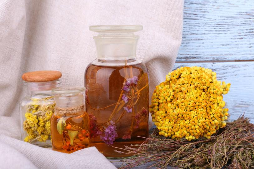 Nalewki lecznicze można robić z wielu ziół i owoców /123RF/PICSEL