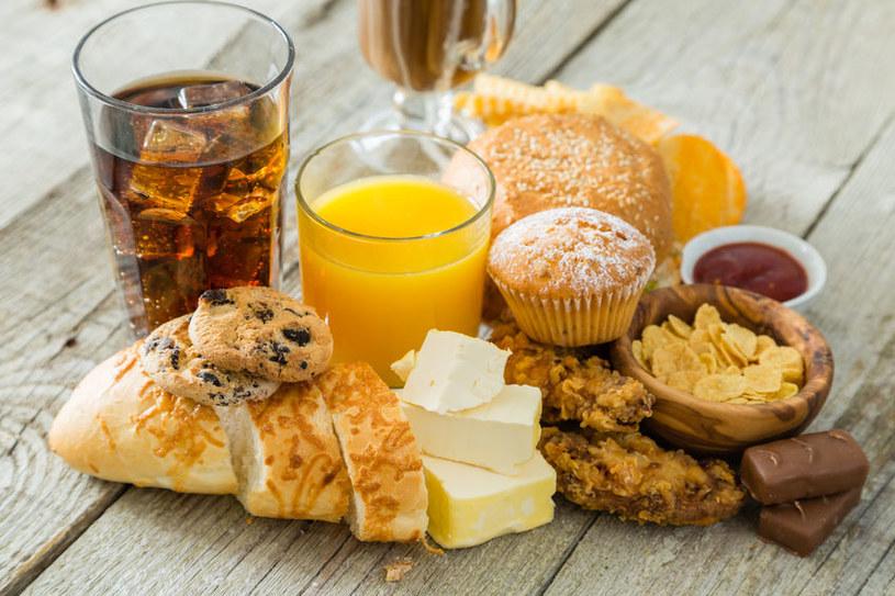 Należy ograniczyć spożycie cukrów prostych i produktów przetworzonych /123RF/PICSEL