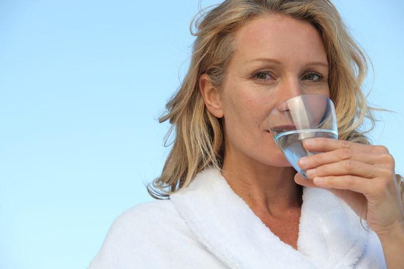 Należy pić dużo płynów /123RF/PICSEL