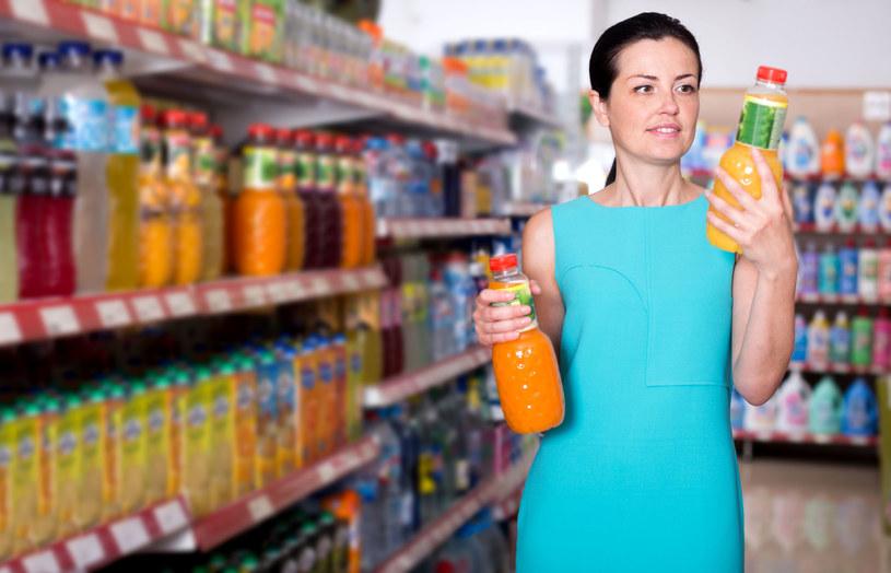 Należy przyglądać się etykietom i zwracać większą uwagę na tabelę z wartościami odżywczymi produktu. /123RF/PICSEL