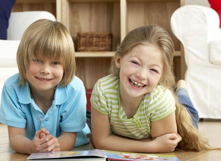 Należy uważać, by w czasie swawoli dzieci niechcący nie zrobiły sobie nawzajem krzywdy /Mam dziecko
