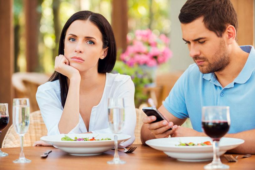 Nałogowi użytkownicy mediów społecznościowych zdradzają częściej - wynika z badań /123RF/PICSEL