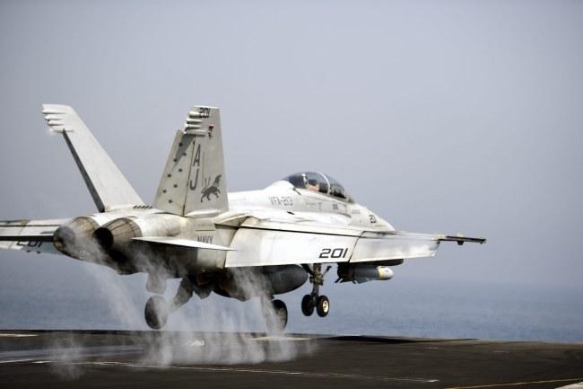 Naloty na cele islamistów trwają od 10 dni /MAZEN MAHDI /PAP/EPA