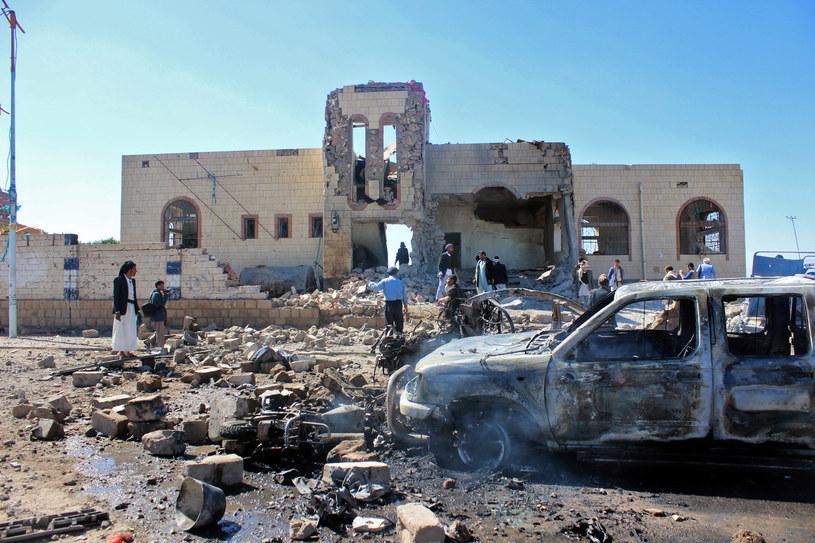 Naloty sił koalicji na pozycje rebeliantów z ruchu Huti /STRINGER /AFP