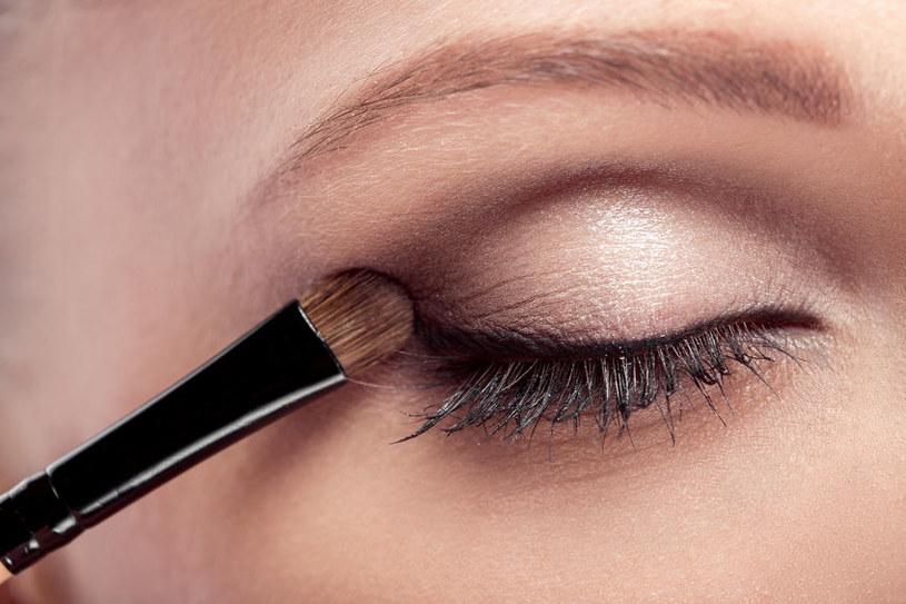 Nałóż brązowy cień powyżej załamania powieki /123RF/PICSEL