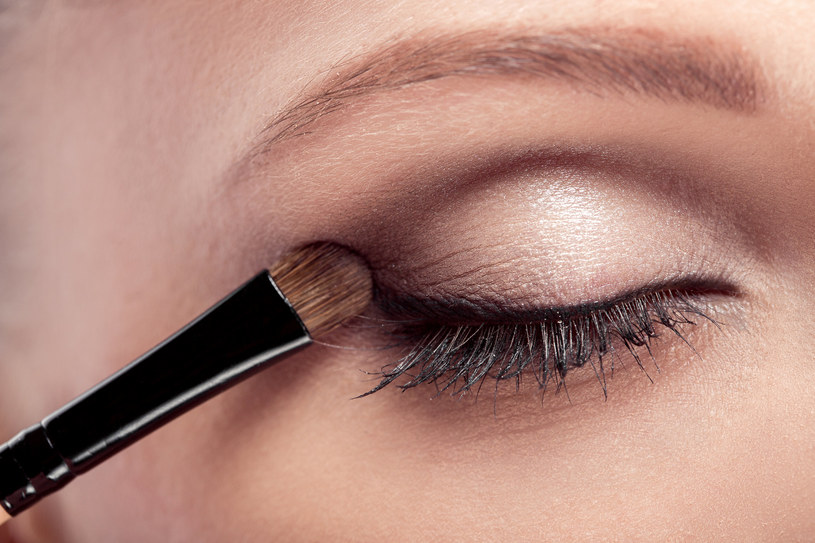 Nałożenie pudru lub cienia do powiek na kreskę to sposób, aby eyeliner się nie rozmazywał /123RF/PICSEL