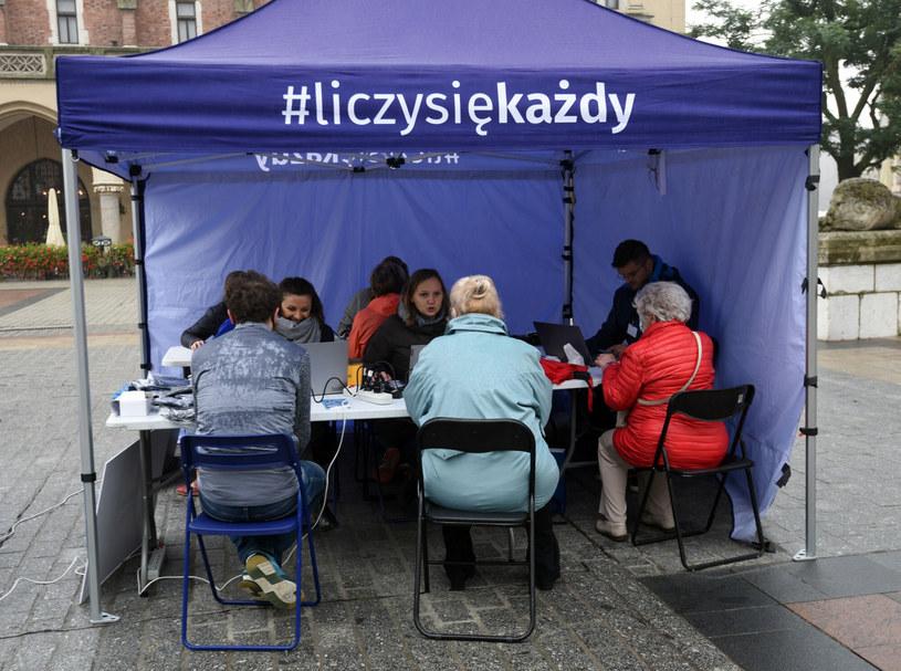 Namiot Narodowego Spisu Powszechnego na Rynku Głównym w Krakowie /Marek Lasyk  /Reporter