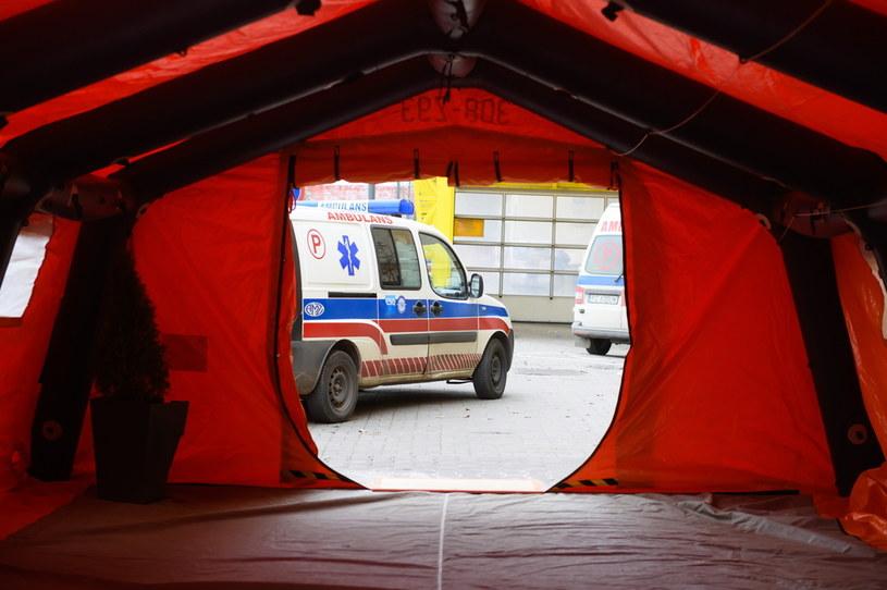 Namiot przeznaczony do wstępnych badań pacjentów w Poznaniu /Jakub Kaczmarzyk /PAP