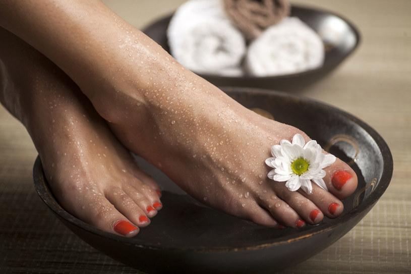 Namocz nogi w wodzie z dodatkiem soli i szarego mydła /123RF/PICSEL