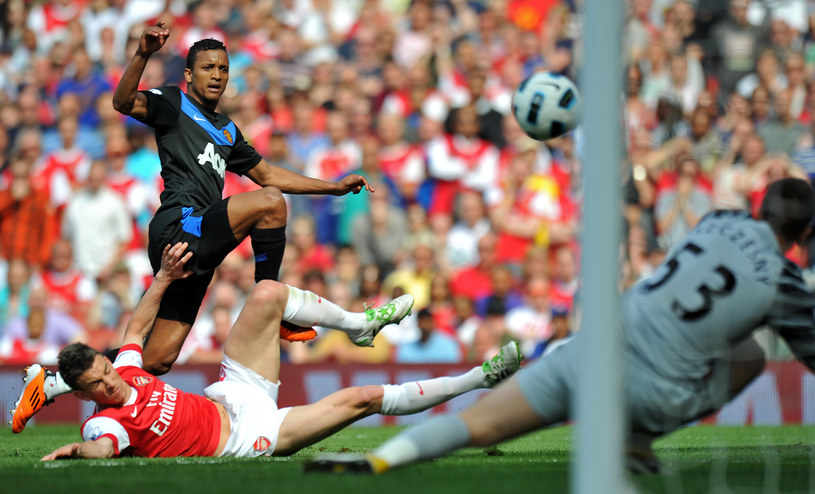 Nani strzela na bramkę Wojciecha Szczęsnego. Wkrótce razem zagrają w Arsenalu? /AFP