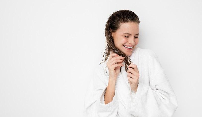 Nanieś mleko na włosy /© Photogenica