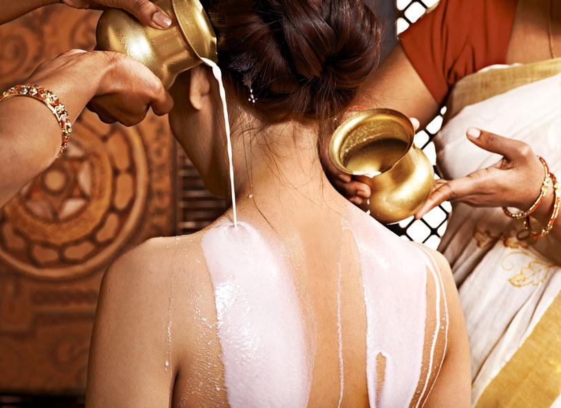 Naoliwione ciało przykryj ciepłym ręcznikiem i połóż się pod kocem na 30 minut. /Picsel /123RF/PICSEL