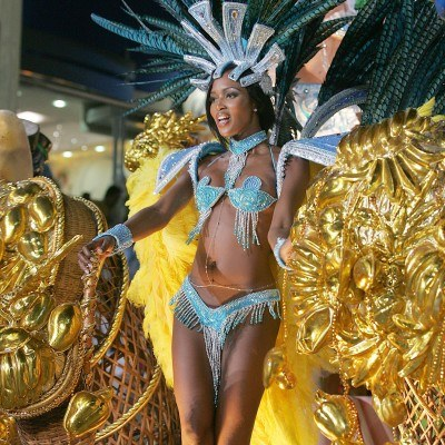 Naomi Campbell też tańczy sambę /AFP