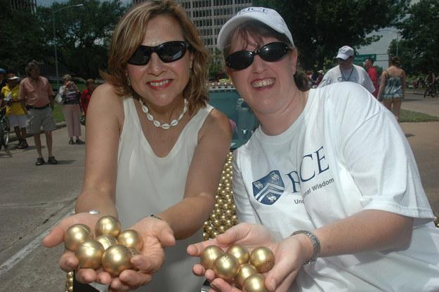 Naomi Halas (po lewej) i Jennifer West podczas Houston's 2012 Art Car Parade. Badaczki symbolicznie prezentowały narodziny nowej metody terapii raka. /Mike Williams/Rice University /Materiały prasowe