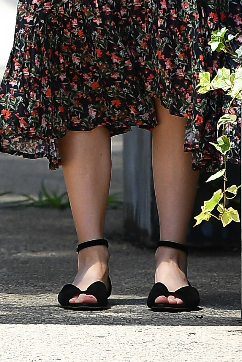 Naomi Watts nie zapomniała o dodatkach. Tym razem postawiła na ciemne buty na płaskiej podeszwie /Robert O'neil / SplashNews.com /East News
