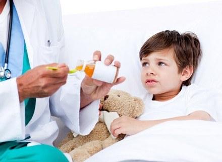 Napadowy kaszel może występować u dziecka nawet do miesiąca po zapaleniu oskrzeli /© Panthermedia